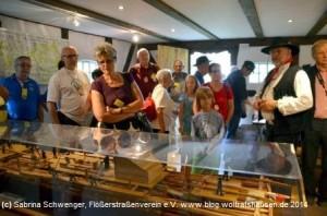 """Im Museumsdorf hat der Arbeitskreis """"Winser Flößerei"""" einen eigenen Ausstellungsraum, der hier im Rahmen des Deutschen Flößertags natürlich besichtigt wurde."""