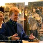 Helga Lauterbach, Vorsitzende des Flößer-Kulturvereins (links) und Dr. Gabriele Weishäupl, Tourismusdirektorin München a.D., bei der Enthüllung der restaurierten Nepomuk-Statue.