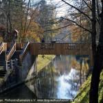 Die Nepomuk-Brücke in der malerischen Landschaft der Oberen Isarauen.