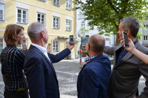 """Wer zukünftig auf dem Marienplatz rastet, kann dort mittels des seit Mitte September frei verfügbaren WLAN auch dem Audioguide der Stadt """"Rund um den Marienplatz"""" lauschen. Eine Netzsuche wie hier auf dem Bild ist nicht mehr nötig."""